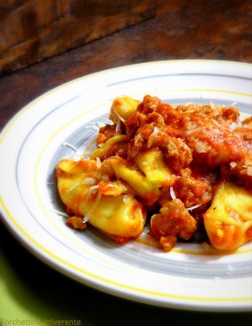Culurgiones di ricotta e patate con pomodoro e salsiccia