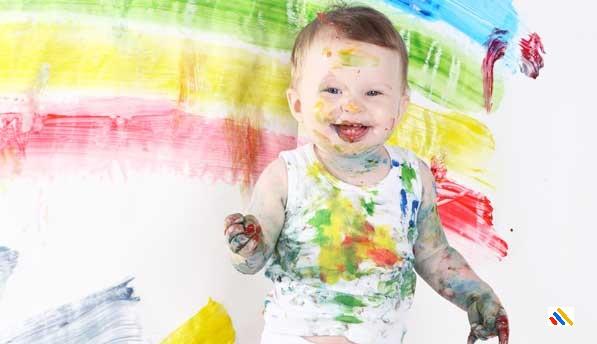 Bayi mencoret-coret dan menggambar