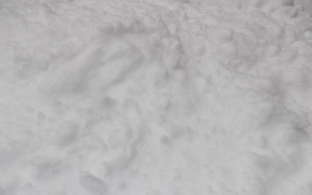 Winter achtergrond met een pak verse sneeuw