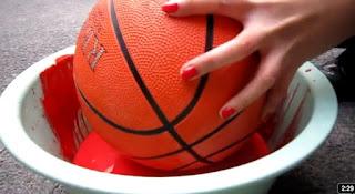 Pintando con una pelota de basket