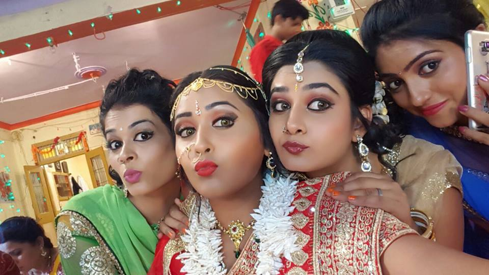 Ritu Singh and Kajal Raghwani in Mehndi Laga Ke Rakhna shooting Pics