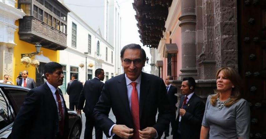 Martín Vizcarra es condecorado poco antes de asumir la Presidencia de la República