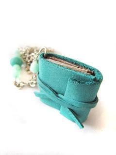 ballagási ajándék, könyv nyaklánc, könyv ékszer