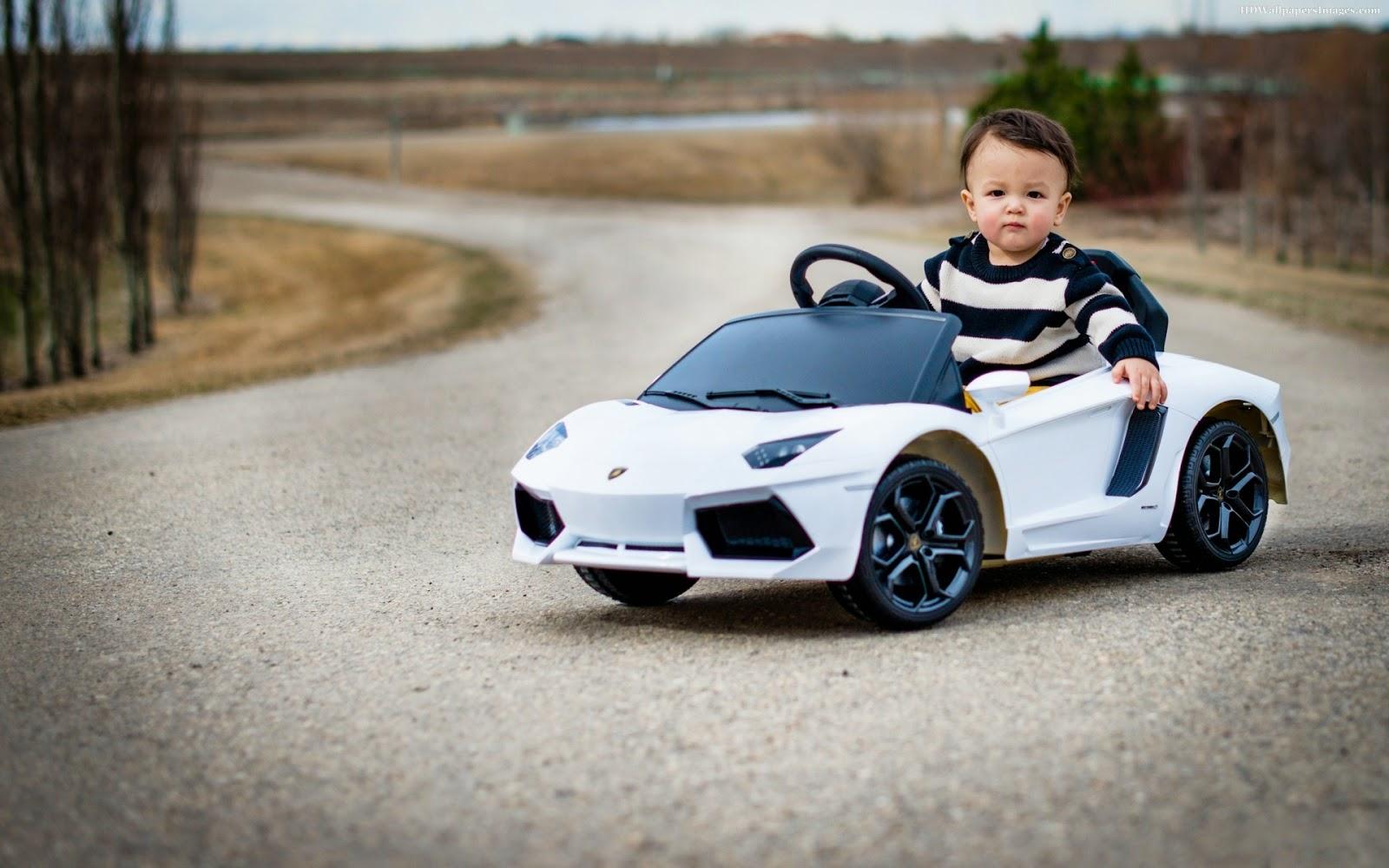 Gratis gambar bayi menyetir mobil