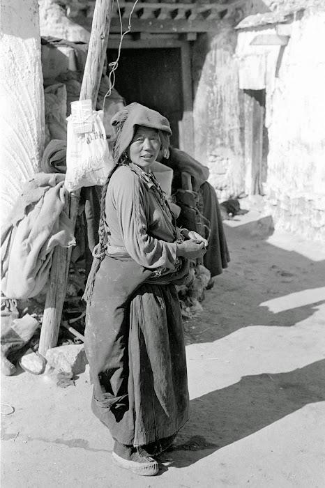 Tibet, Lhassa, tibétaine, © L. Gigout, 1990