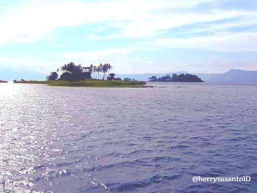 Pulau tao adalah suguhan suasana di tengah danau toba