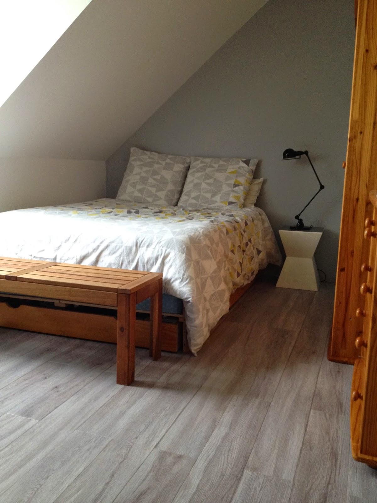 cool amenager chambre ado sous combles chambre en sous pente lit sous pente de toit with lit. Black Bedroom Furniture Sets. Home Design Ideas