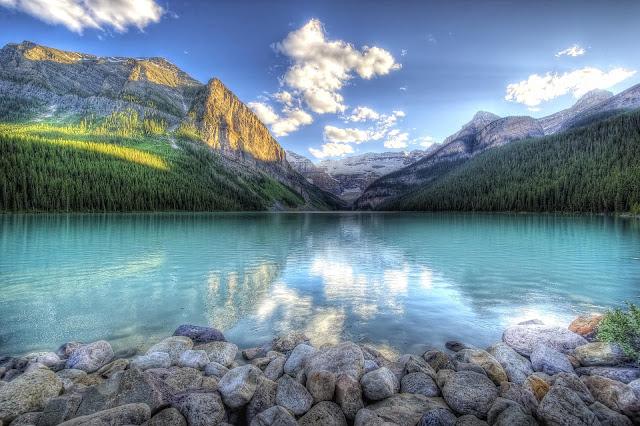 Landschap met een meer en bergen