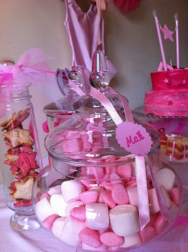 bonbons et biscuits roses et personnalises