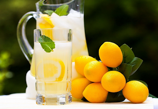 Manfaat air lemon bikin tubuh lebih bertenaga