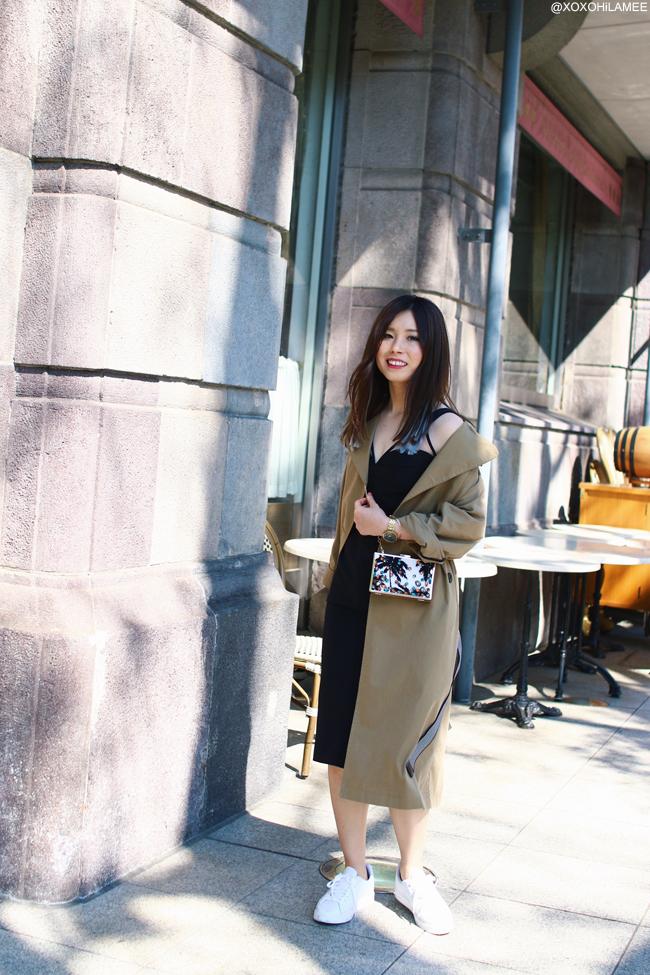 日本人ファッションブロガー,MizuhoK,今日のコーデ,Zaful-オーバーサイズトレンチコート,Chicwish-ブラック カップ付きボディコンワンピース,ZARA-ホワイトスニーカー,Lily Brown-パームツリービジュークラッチバッグ,NIXON-腕時計, フェミニンカジュアルシックコーデ