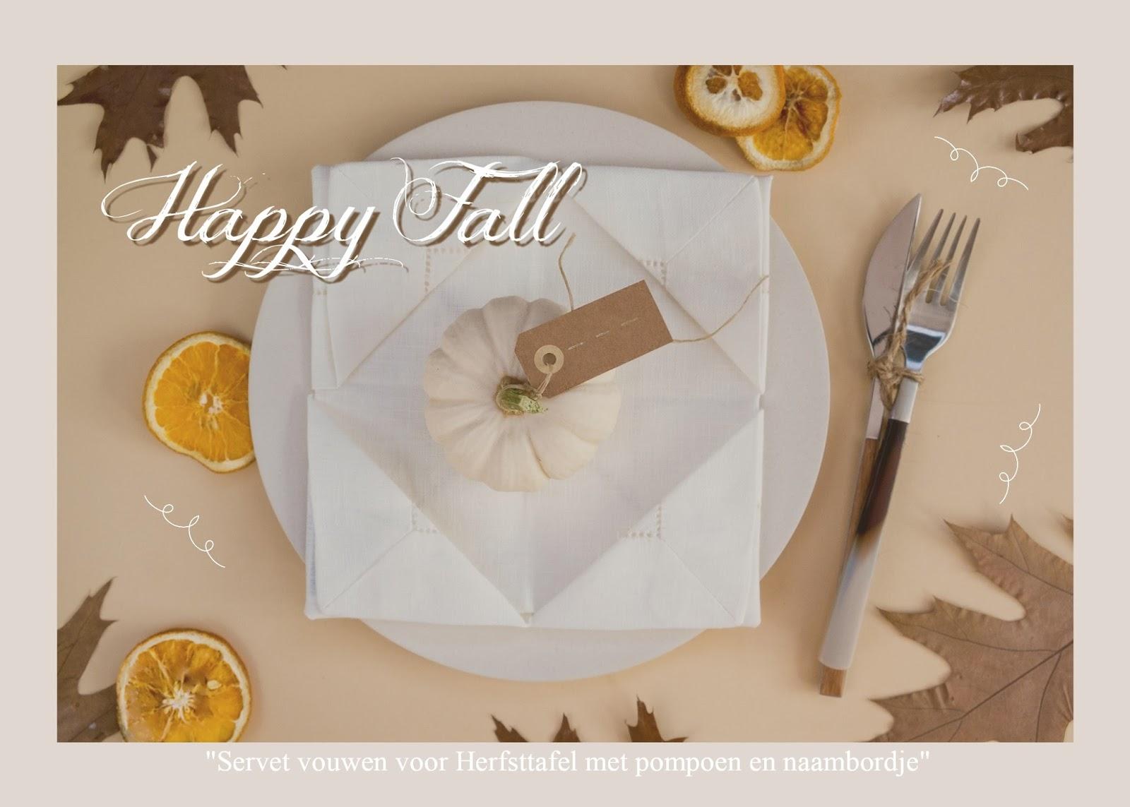 servetten vouwen voor een herfsttafel met een pompoen en een naambordje