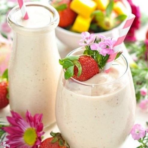 HEALTHY STRAWBERRY SMOOTHIE WITH MANGO {HIGH PROTEIN + DAIRY FREE!} #healthydrink #smoothies