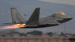 Chiến đấu cơ Tàng Hình F-22 Raptor Trải qua cơn bão Michael
