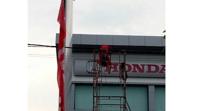 VIDEO: Mengerikan! Detik-Detik Seorang Pekerja Tewas Kesetrum Listrik di Pekanbaru