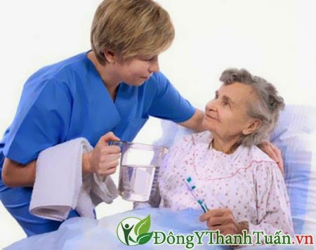 Người cao tuổi bị viêm mũi dị ứng, điều trị bằng cách nào?