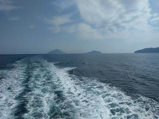 船の流れが見える海