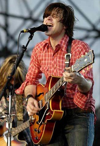Foto de Ryan Adams cantando en concierto