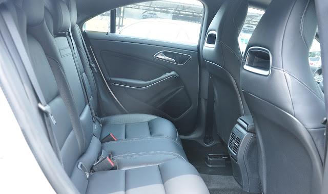 Hàng ghế phía sau Mercedes CLA 250 2017 thiết kế rộng rãi và thoải mái