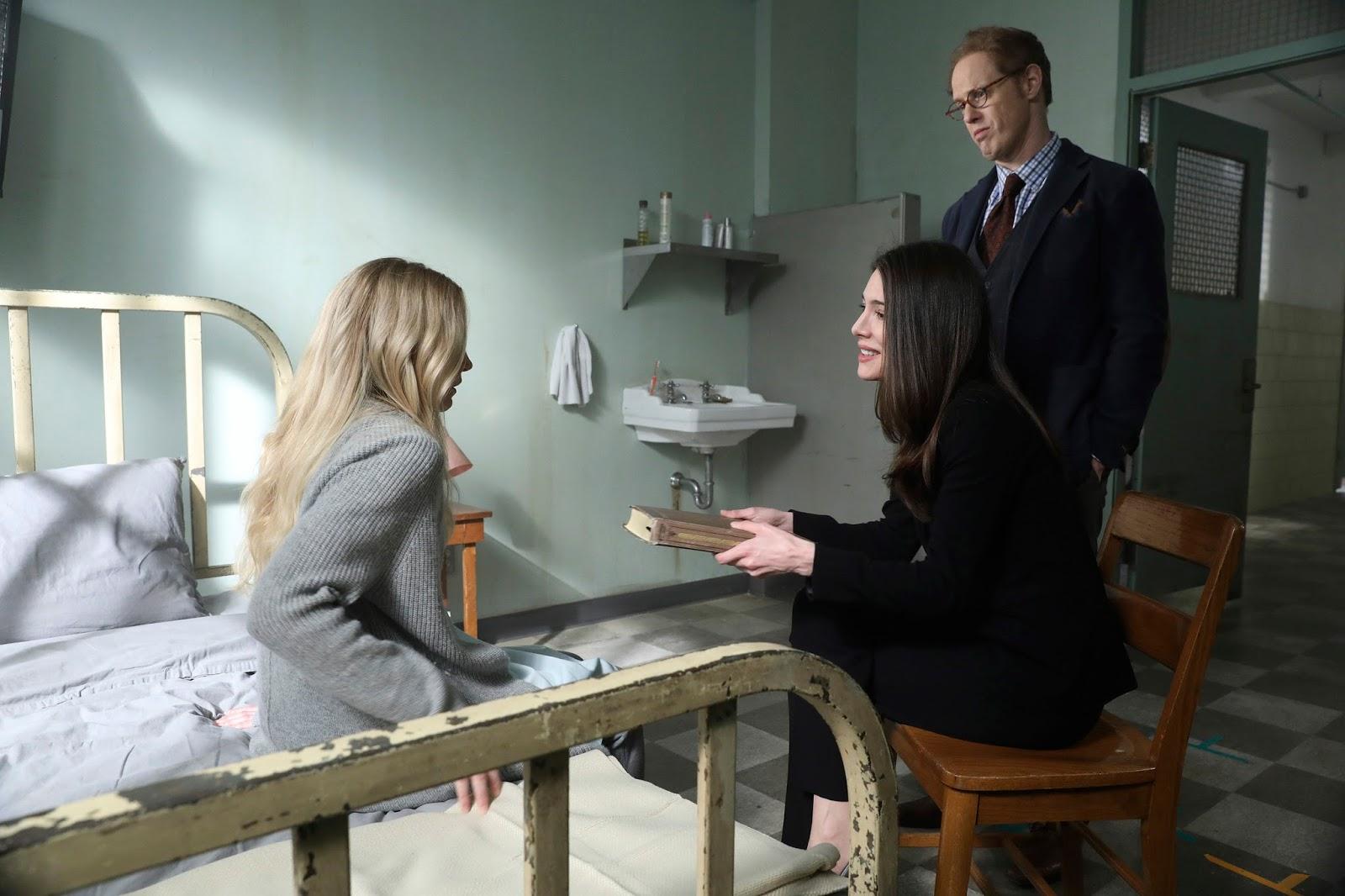 Fiona y Archie tratan de convencer a Emma de que los cuentos no son reales en Once Upon a Time