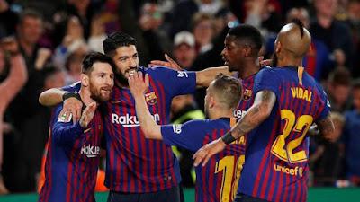 Messi e jogadores do Barcelona comemoram vitória e título sobre o Levante (Foto: Reuters)