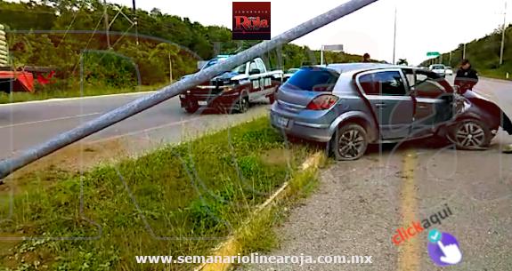 Le estalló la llanta en la carretera Playa del Carmen-Tulum