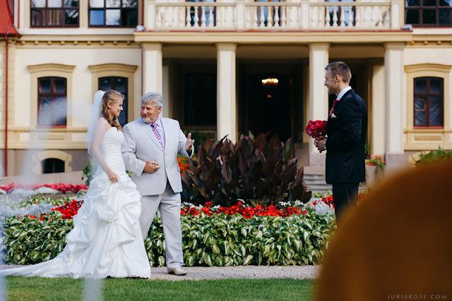 tēvs pavada līgavu pie līgavaiņa