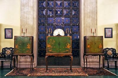Шкафчики, где хранятся портреты Бахауллы и Баба в здании международного архива бахаи в Хайфе.