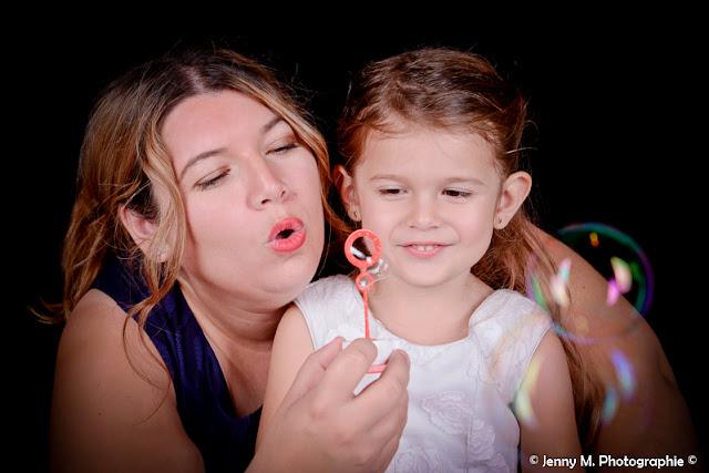 portrait mère fille qui font des bulles en studio