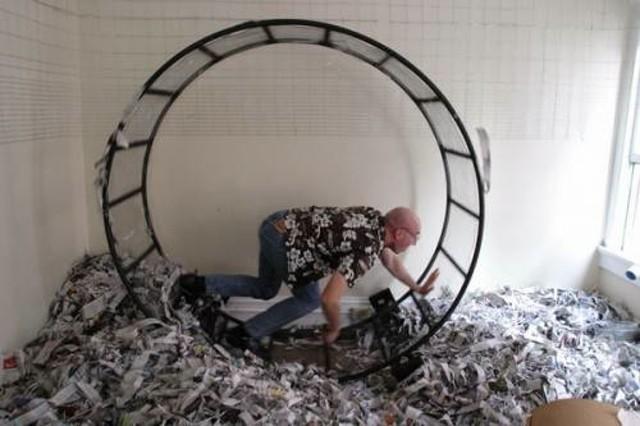 Hombre en rueda de ratón