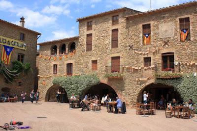 Plaza porticada de Monells