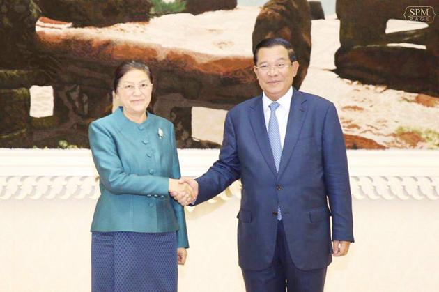 Samdech Hun Sèn et Pany Yathotou, présidente de l'AN laotienne