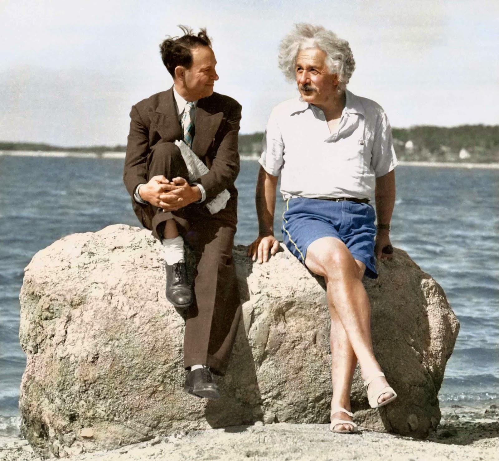 David Rothman estaba en su ropa de trabajo y Albert Einstein estaba vestido para la playa cuando posaron en esta roca en Horseshoe Cove en Nassau Point en el verano de 1939.