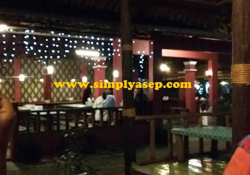 NYAMAN :  Salah satu sudut ruangan Kafe dan Resto GAYATRI yang cozy dan nyaman menurut ukuran saya.  Foto Asep Haryono
