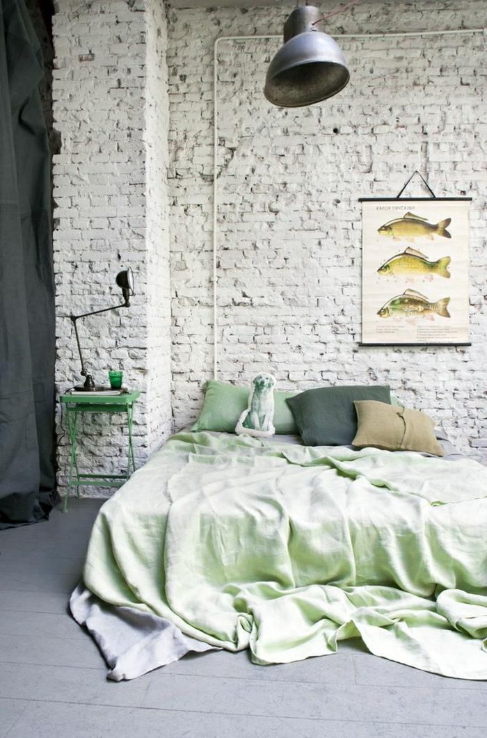 chambre murs en briques draps verts