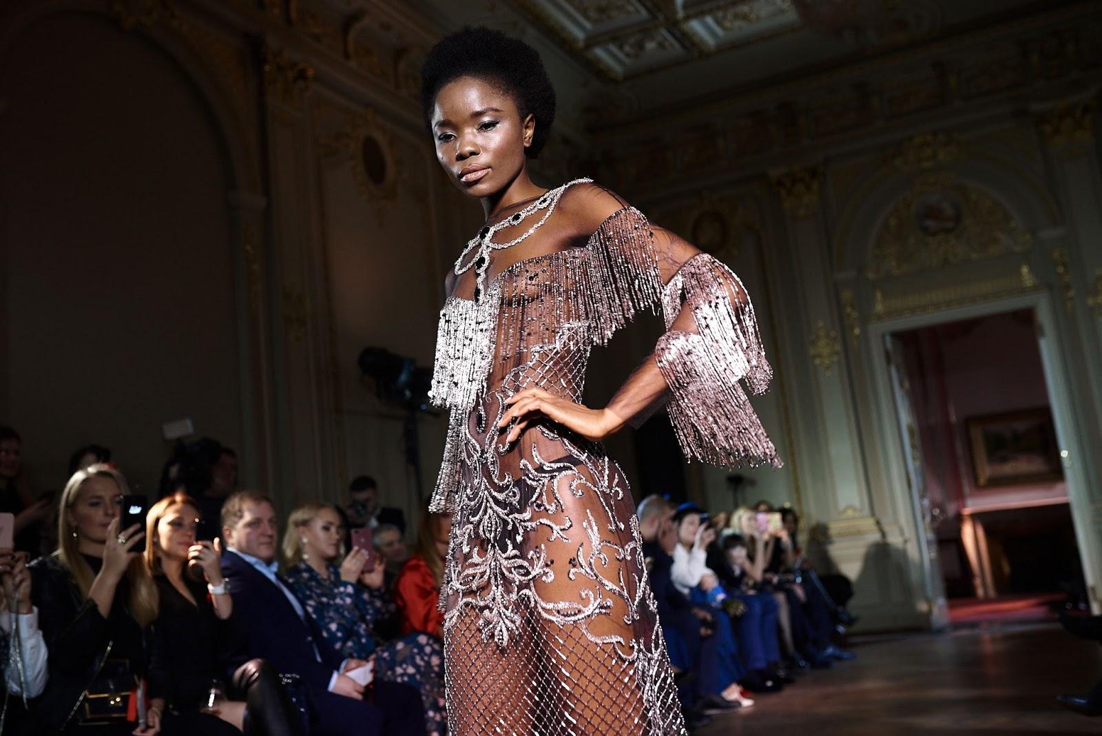 1250a65792d Изюминка коллекции - свадебные платья с вышивкой в различных современных  техниках. В коллекции использовано более 100 метров итальянского шелка