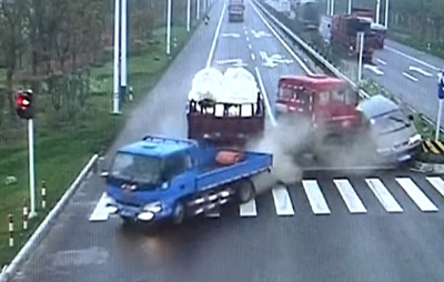 Run! Chinese motorist darts from oncoming accident with cargo truck