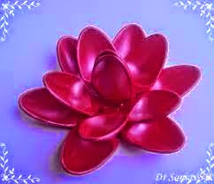 flores feitas com colheres plássticas
