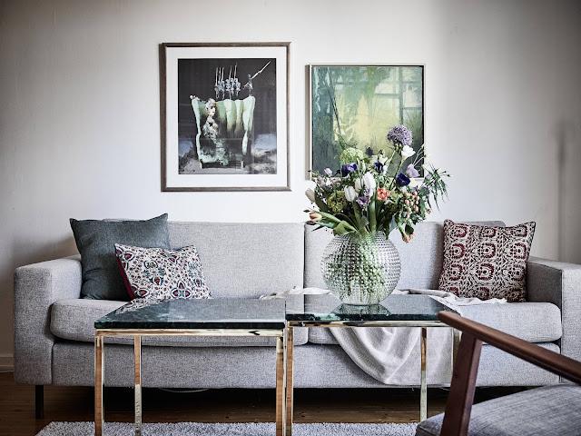 szara sofa, skandynawskie mieszkanie