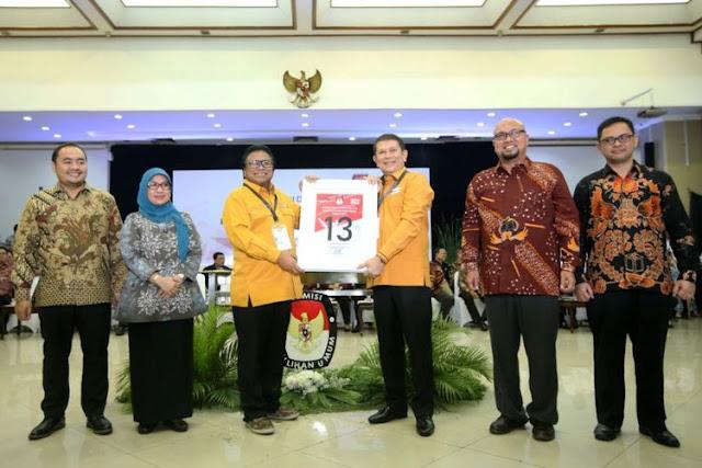 Ketua Umum Partai Hanura Oesman Sapta Odang (ketiga dari kiri) menunjukkan nomor urut 13 saat Pengambilan Nomor Urut Partai Politik untuk Pemilu 2019 di Gedung Komisi Pemilihan Umum (KPU)