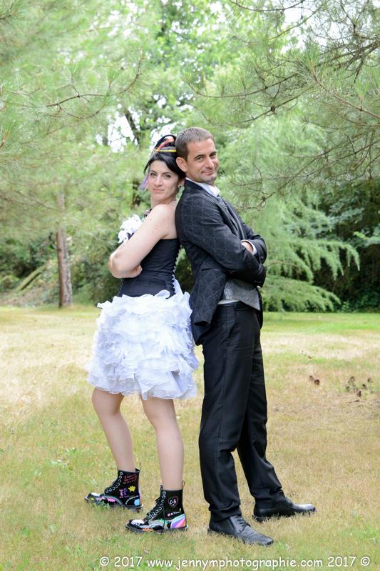photo couple mariage, portrait des mariés sous les arbres