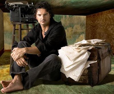 Foto de Ricardo Arjona sentado