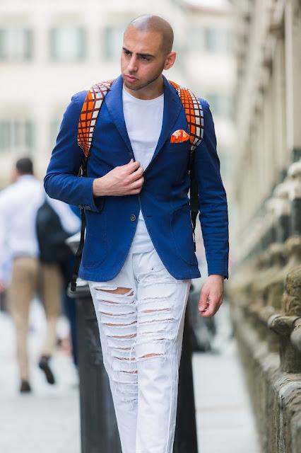 un look con giacca e scarpe basse sportive