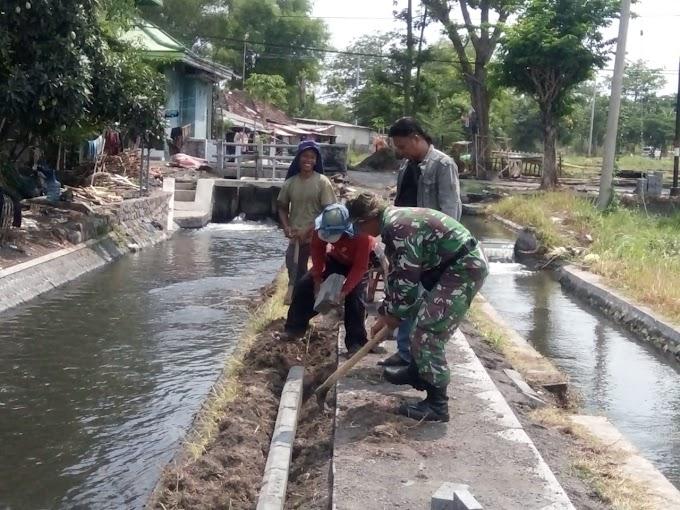 Babinsa Koramil 0819/10 Bangil Bantu Pavingisasi Akses Jalan Pertanian