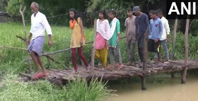 कई शिकायतों के बाद भी पुल न बनने पर गांव वालों ने दी चुनाव बहिष्कार की धमकी - newsonfloor.com