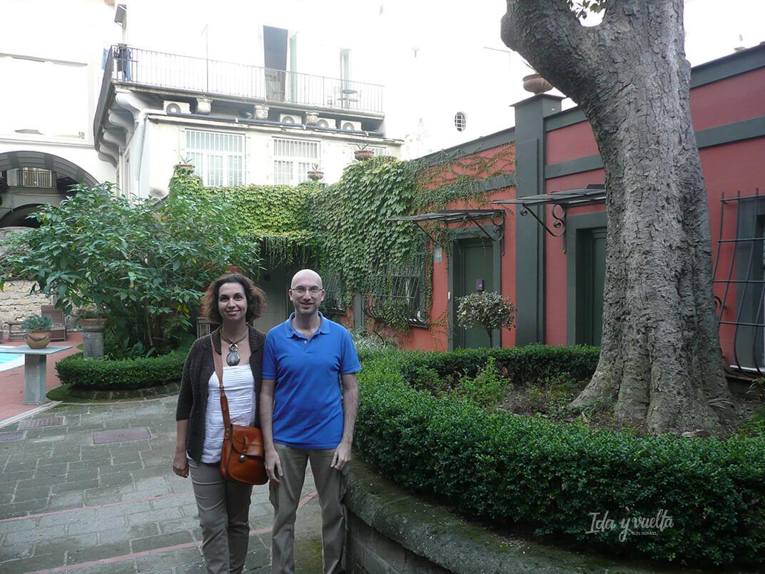 En el patio de entrada al Costantinopoli 104