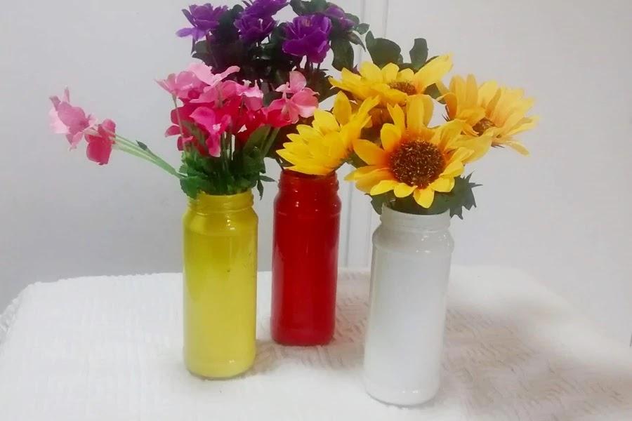 Vasinhos de vidro reciclável para enfeitar com flores