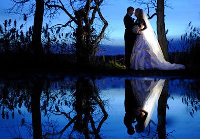 Recién casados junto al lago