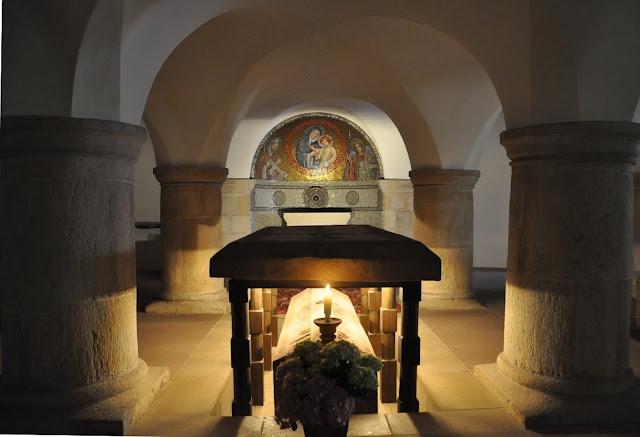 Romański kościół św. Michała w Hildesheim - grób św. Bernwarda w krypcie