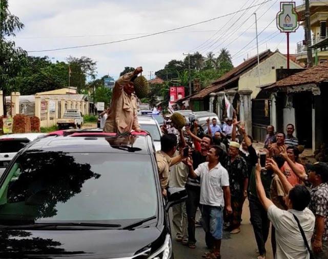 Di Serang, Prabowo Ketiban Durian